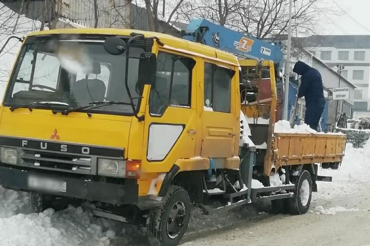 На Вострецова умельцы выкидывают снег из кузова на тротуар