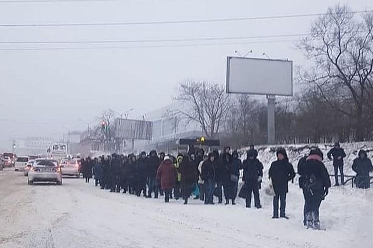 С утра на остановках образовались большие очереди. Фото:_dps_vdk