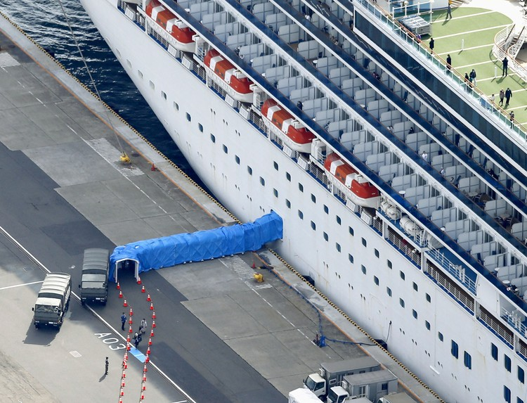 Первая партия пассажиров, которым разрешили сойти на берег - 500 человек.