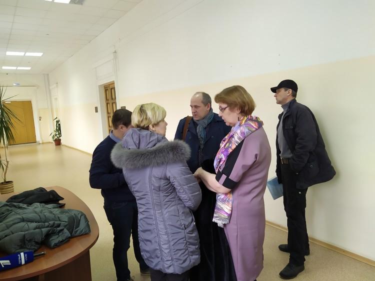 В коридоре суда вновь обретенные родственники благополучно общались