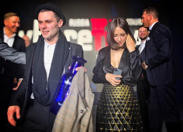 Матильда Шнурова (ресторан «Кококо», 6-е место) покидает церемонию. Рядом с ней — лучший сомелье России Евгений Шамов.