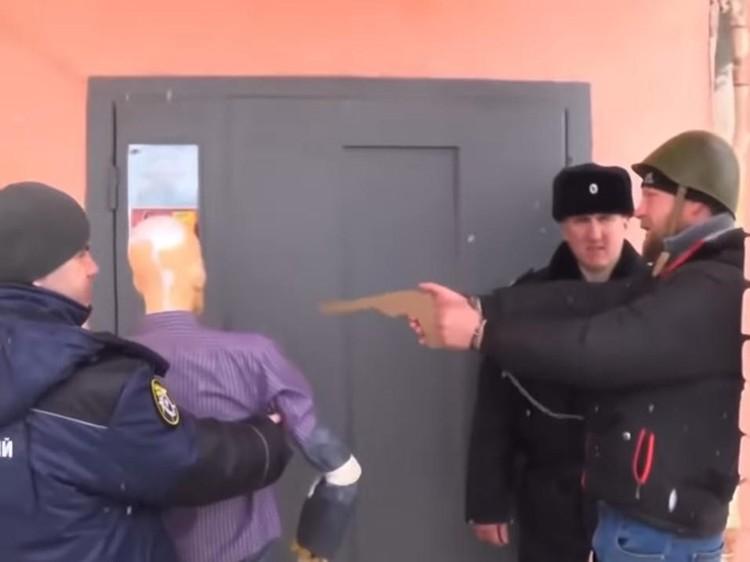 Следственные действия с Алексеем Клусовым на месте убийства Максима Стадника. Кадр из оперативного видео СУ СКР по Саратовской области