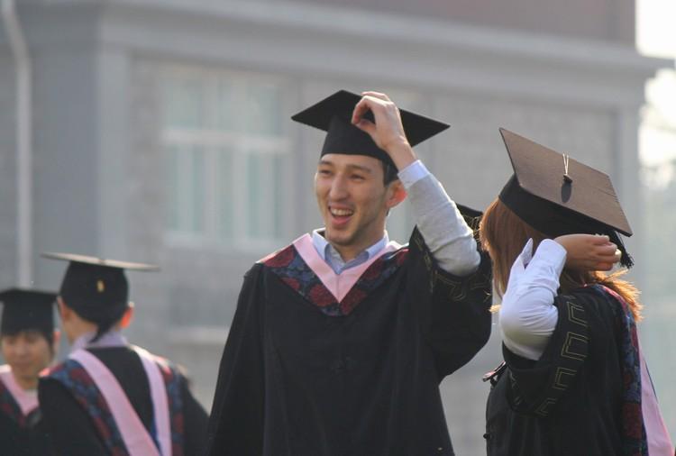В 16 лет Саят оказался в Китае, где успешно окончил Пекинский международный университет экономики и бизнеса, получив степень магистра по специальности «международная торговля и бизнес».