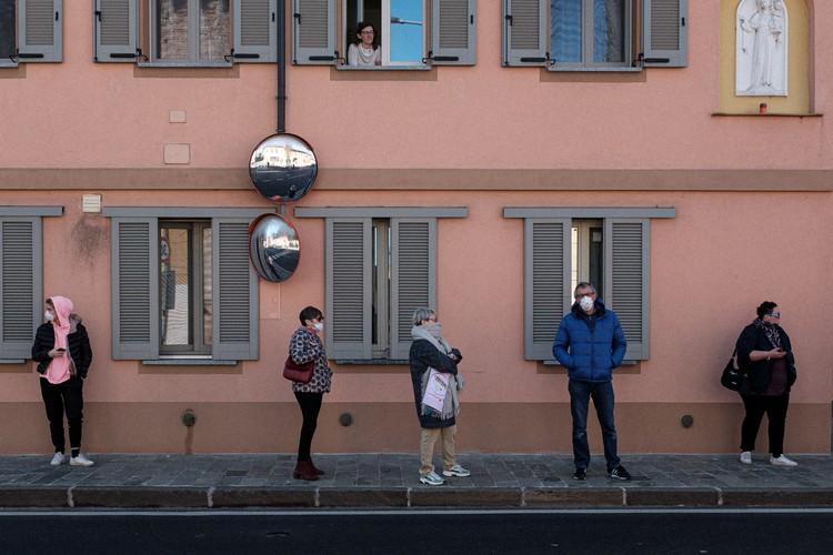 Итальянцы ждут автобуса, стараясь держаться друг от друга на безопасном расстоянии.