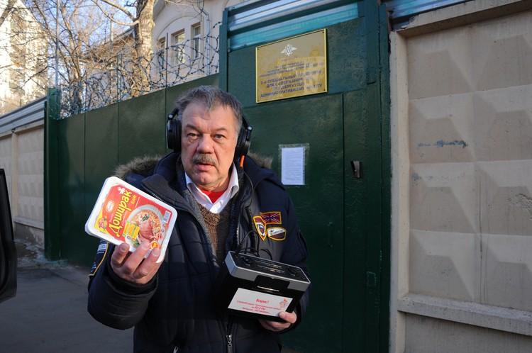 Политобозреватель «Комсомолки» Александр Гамов с передачкой для Бориса Немцова, задержанного за акцию на Манежной площади и получившего 10 суток ареста.
