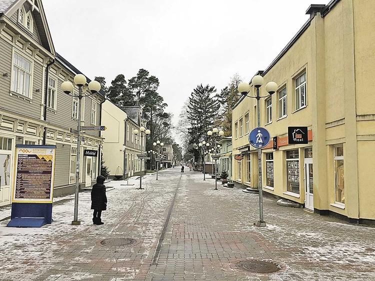 Главная пешеходная улица Юрмалы Йомас зимой безлюдна, но здесь очень ждут русских. Даже вывеска на агентстве недвижимости и та на русском языке, хотя должна быть на латышском.