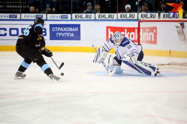Андрей Костицын забрасывает шайбу.