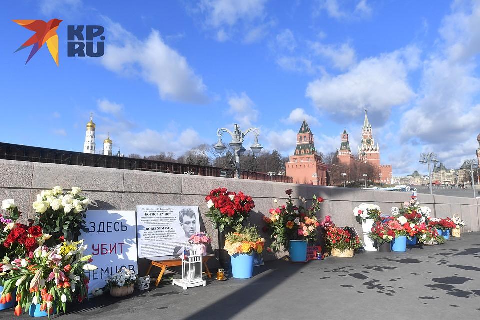 Цветы на месте гибели политика. Фото: Иван МАКЕЕВ