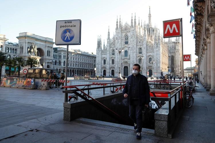 Площади Милана опустели из-за вспышки коронавируса в Италии.