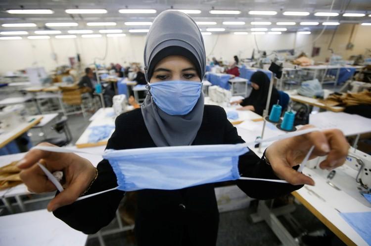 Во всем мире срочно наращивают объемы выпуска медицинских масок.