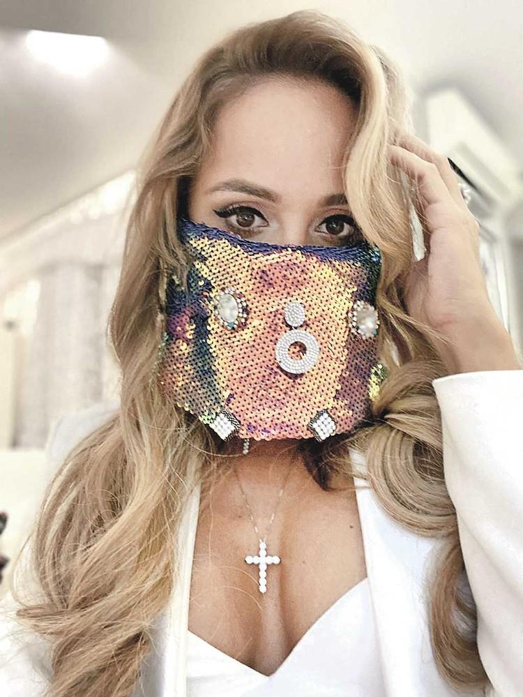 Анна Калашникова считает, что обычные маски выглядят слишком скучно.