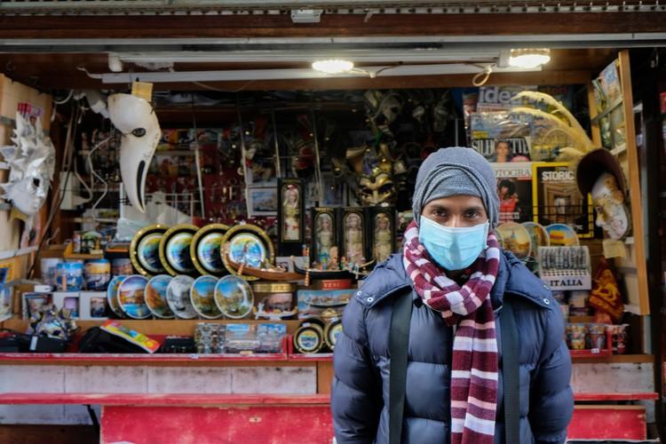 У сувенирной лавки в Венеции.