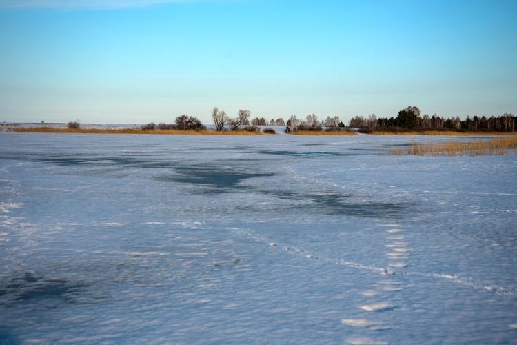 Лед на озере начинает таять