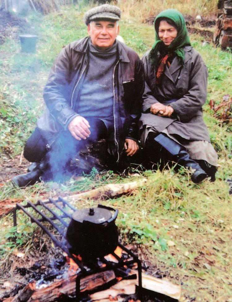 Василий Михайлович Песков с Агафьей Лыковой в тайге. Фото из личного архива писателя