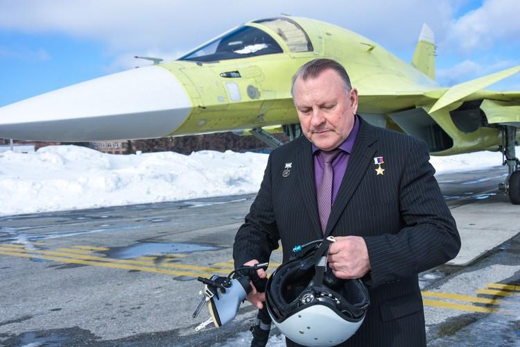К летчику на борту подсоединяются три шланга, как у космонавтов.