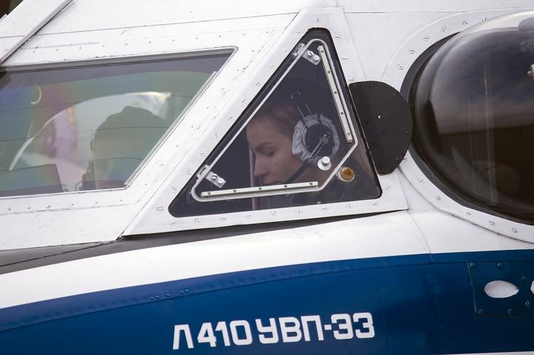 Свой путь в небо третьекурсницы начинают с многоцелевого двухмоторного самолета Л-410.