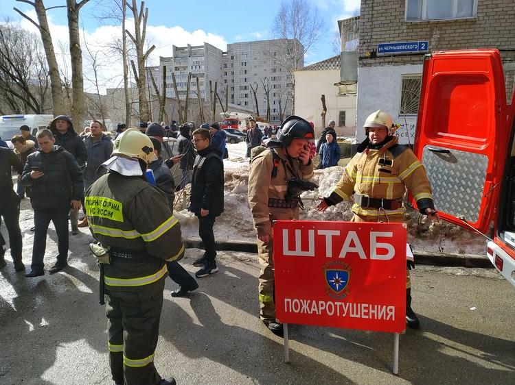 Возле пятиэтажки на Чернышевского,3 развернули штаб.