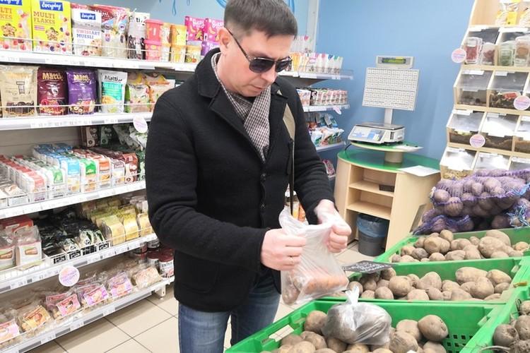 В супермаркете мы набрали целую корзину продуктов старикам.
