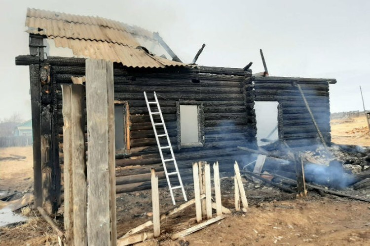 Причина пожара - вероятно, короткое замыкание. Фото: Республиканское агентство ГО и ЧС по Бурятии.