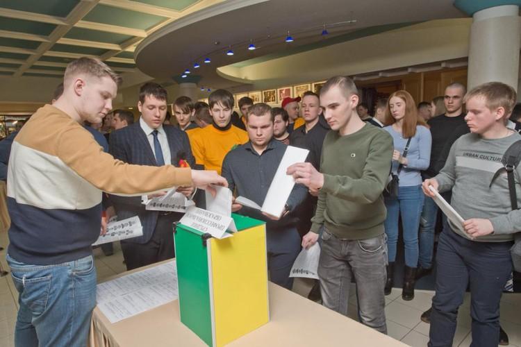 Выборы членов совета молодых специалистов и совета молодых рабочих. Фото: Владимир Ляшенко.