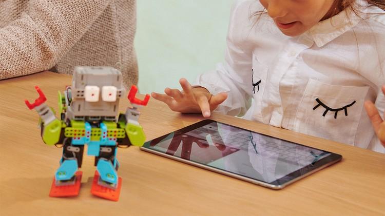 Опросы показывают: все чаще школьники, особенно подростки, ноутбуку с привычной (для родителей) клавиатурой предпочитают смартфоны с большим экраном или планшеты. Фото: предоставлено компанией Apple