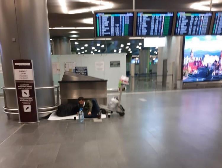 В итоге в столичных аэропортах скопились - если верить экспертам - тысячи граждан разных стран, которые не могут улететь домой.