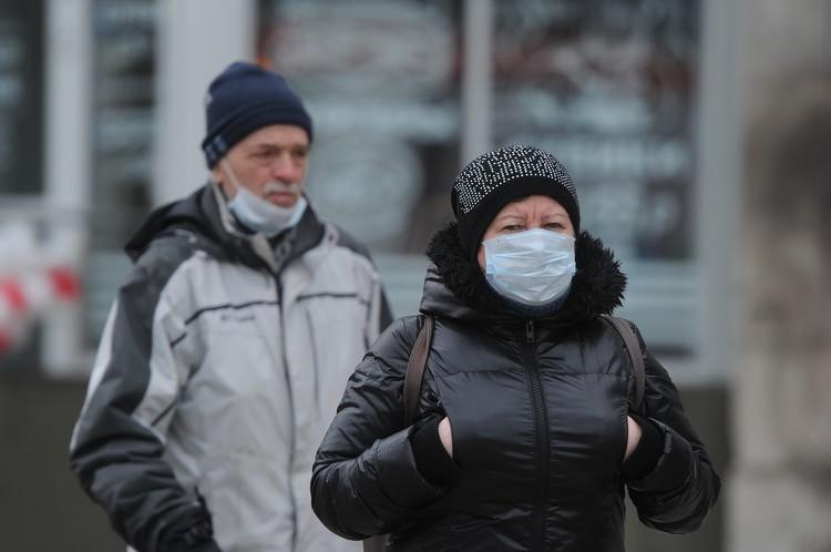 На улицах города все больше людей в медицинских масках.