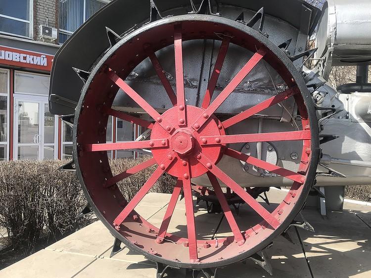 Колесо трактора СТЗ 15/30, установленного на постамент в Балашове.