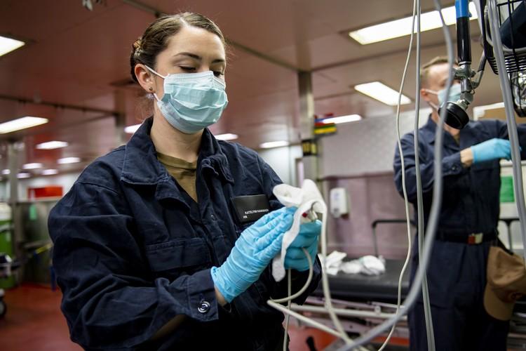 Маски и перчатки в клиниках стали дефицитом