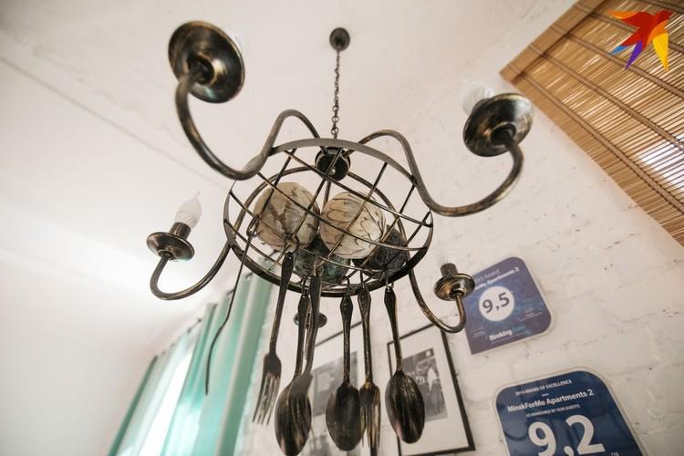 На кухне светильник с вилками и ложками.