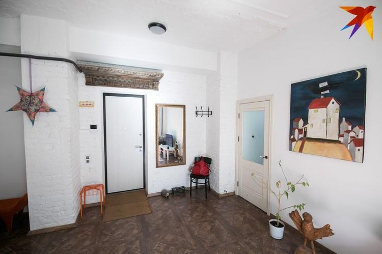 Над дверью деревянная брама, на стене картина Сергея Савича «Птица счастья».