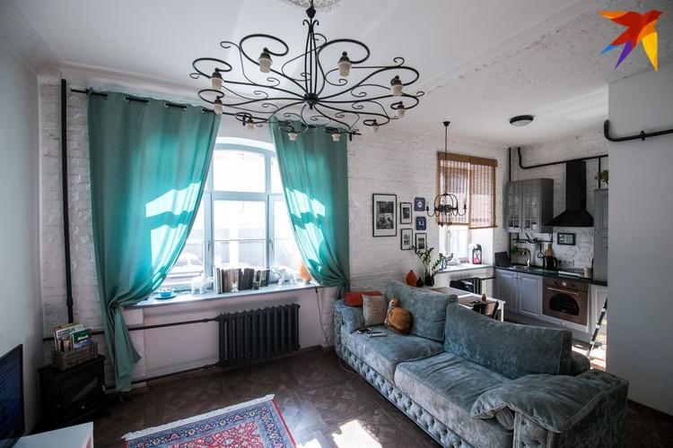 В квартире снесли стены: получилась квартира-студия.