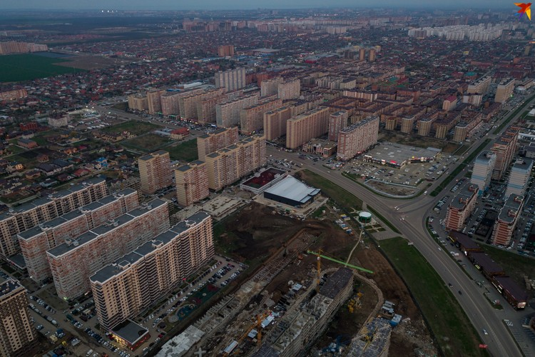 Райн улицы Петра Метальникова. По припаркованным у многоэтажек машинам видно, что народ сидит дома