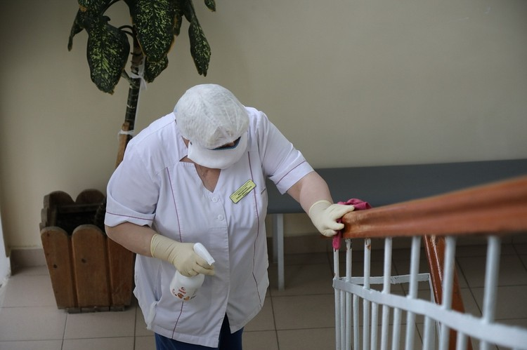 Больницы города и другие места активно дезинфицируют
