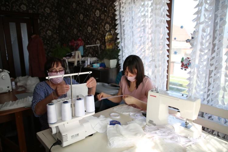 За один день Маргарита вместе с семьей шьет до полусотни масок. Фото: администрации Геленджика.