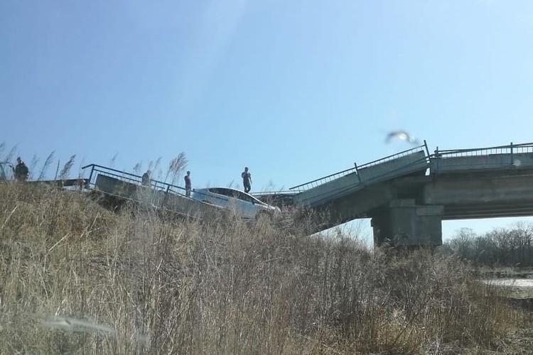 Обрушилось несколько пролетов моста. Фото: предоставлено очевидцами