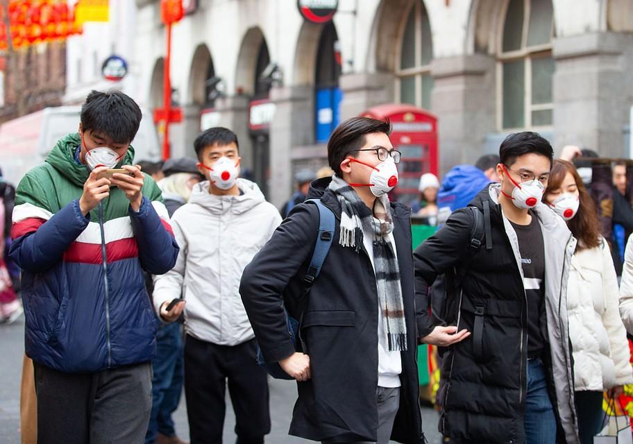 В конце декабря – начале января в Китае, в том числе и в Ухане, стояла антициклональная погода: сухая и с высоким атмосферным давлением, в таких условиях вредные примеси скапливаются в приземном слое воздуха. Фото: GLOBAL LOOK PRESS