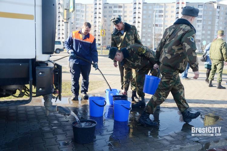 За водой ходили к машине «Коммунальника». Фото: brestcity.com