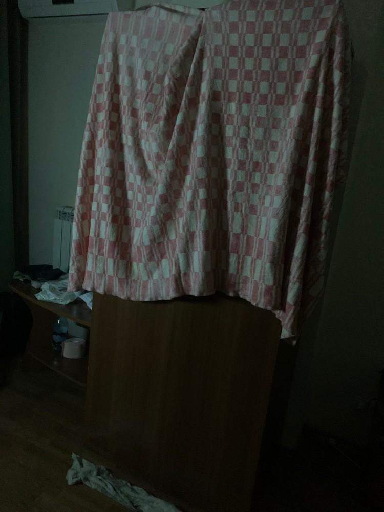 Жильцы развешивают мокрые одеяла, чтобы увлажнить воздух. Фото: личный архив.