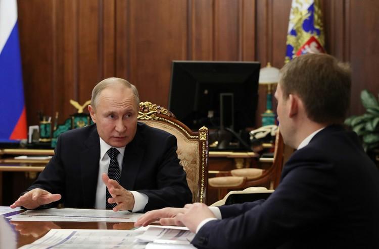 Владимир Путин и министр по развитию Дальнего Востока и Арктики Александр Козлов во время встречи в Кремле. Фото: Михаил Климентьев/ТАСС