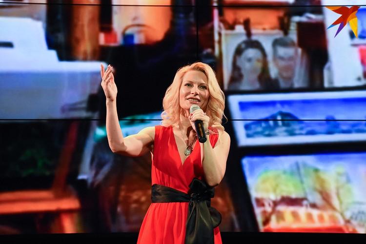 На презентации дисков несколько песен Олега Молчаа исполнила Ирина Видова.