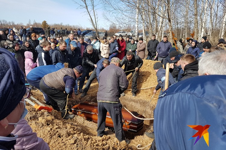 Молодоженов Женю и Кристину Табуновых похоронили в одной могиле.