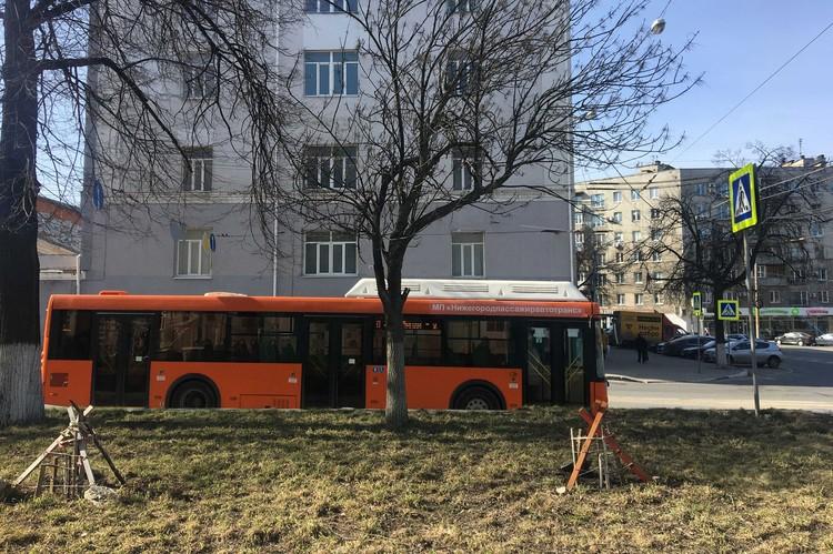 Автобусы заметно опустели.