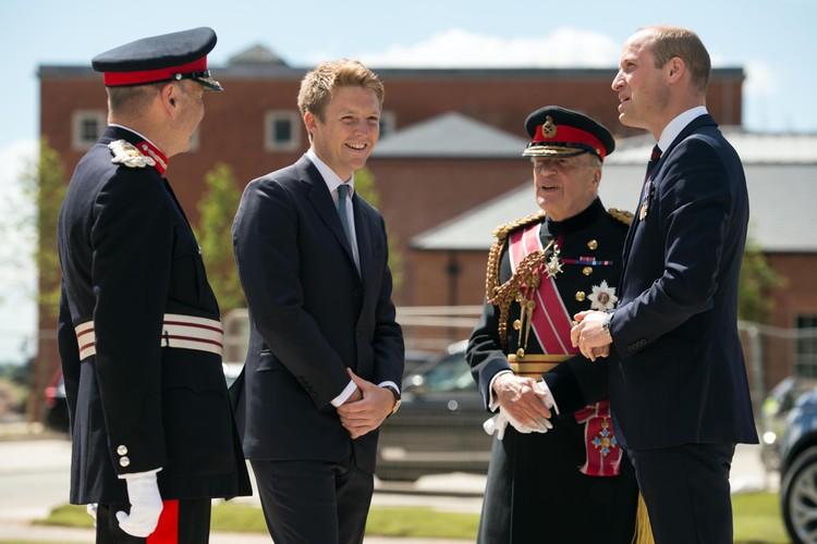 Хью (в центре) - близкий друг принца Уильяма и Кейт Миддлтон, он стал крестным отцом их сына Джорджа.