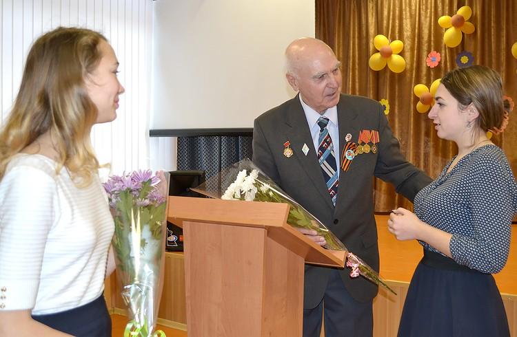 Петр Егорович Воронцов часто выступает с воспоминаниями перед учащимися школ Новосокольников.