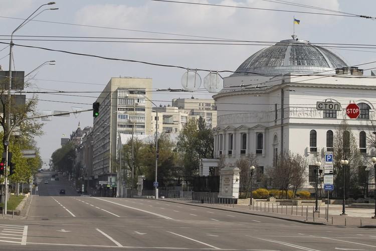 Улицы Киева опустели из-за введенных властями мер по борьбе с пандемией.