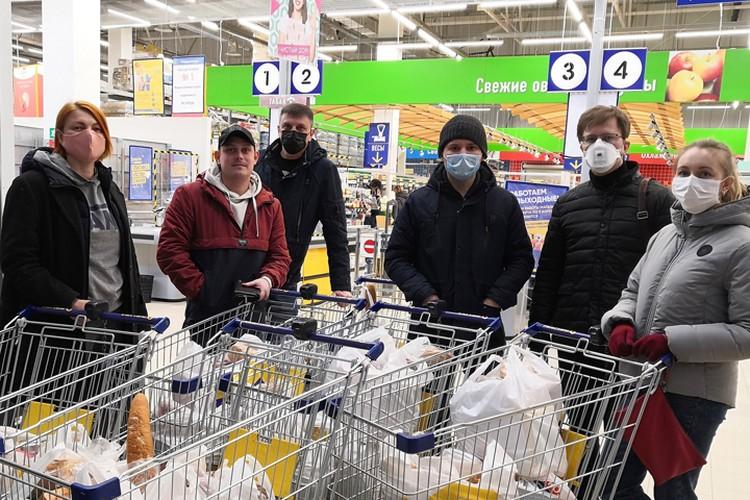 Дмитрий и его клиенты закупают продуктовые наборы для нуждающихся и развозят им. Фото из личного архива героев материала.