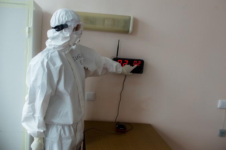 Вызов из палаты поступает на пост дежурной сестры. На стене - монитор сигнализации с номером палаты, откуда идет сигнал.
