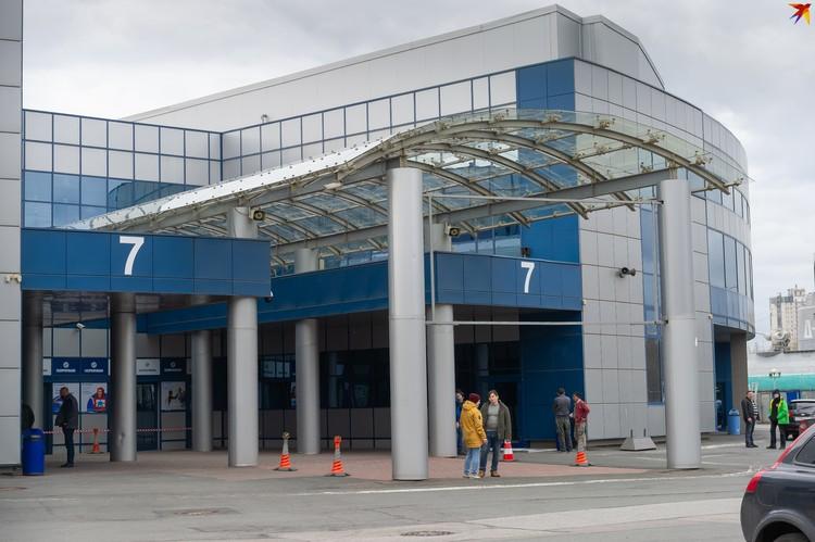 В одном из павильонов конгрессно-выставочного комплекса «Ленэскпо» в рекордно короткие сроки удалось возвести госпиталь для больных коронавирусом.