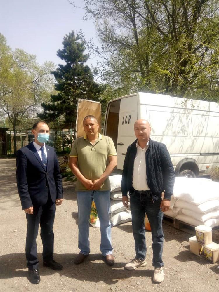Представители золотодобывающей компании и полпредства правительства доставили груз в Центр защиты диких животных в Караколе.